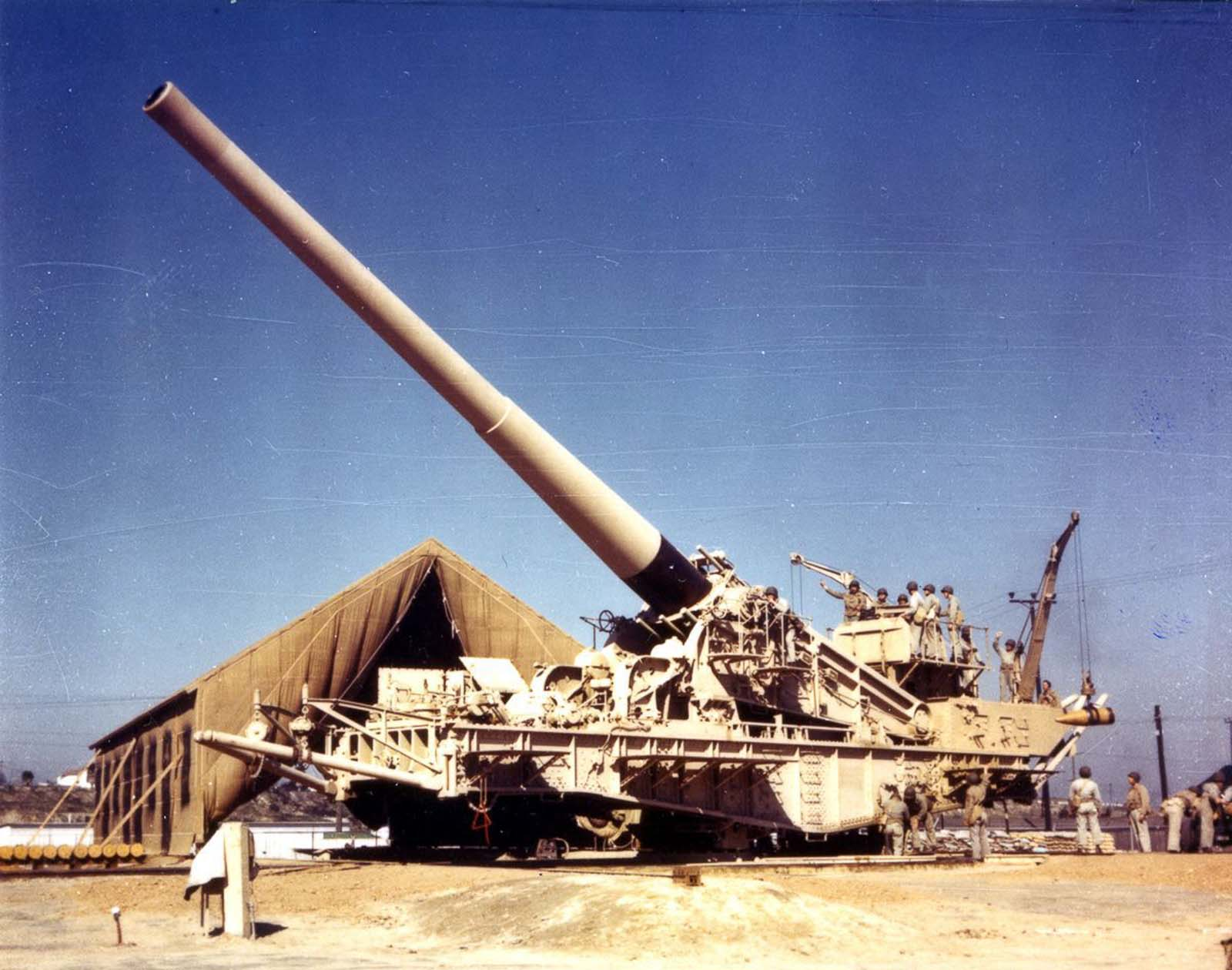 A railway gun painted for use in desert combat. 1940.