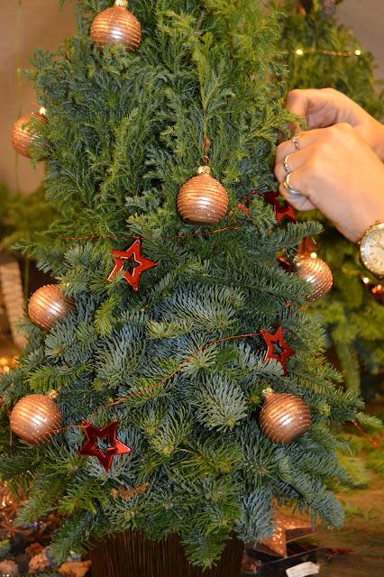 Juletre med noe rød pynt