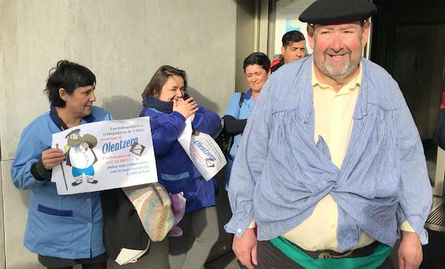 Olentzero entrega carbón por el trato a los trabajadores de Usoa