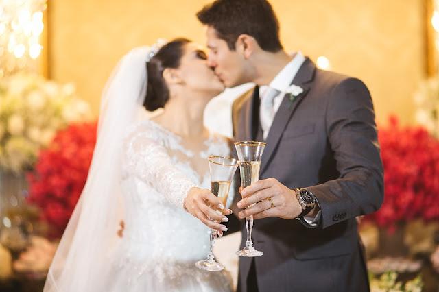 casamento real, recepção, porto vittoria, decoração, mesa do bolo, branco e rosa, brinde dos noivos