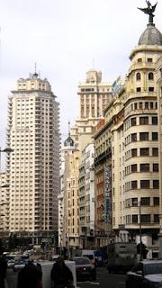 El rascacielos blanco visto desde la Gran Vía cierra la visión lineal al final la calle.