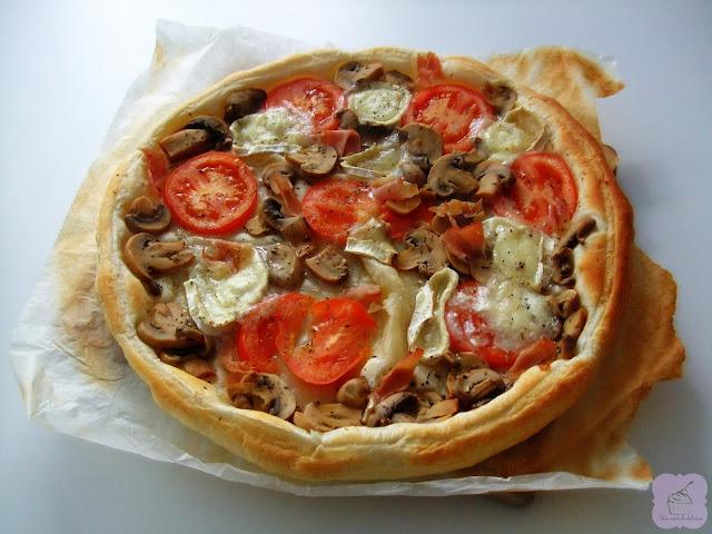 Pizza de hojaldre con queso de cabra, tomate, champiñones y jamón York