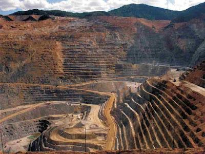 Bingham Canyon di Utah di Amerika Serikat merupakan tambang tembaga terbesar di dunia