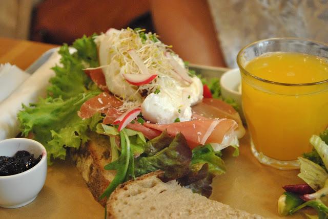 Neumanns - Brot mit Seranoschinken und pochiertem Ei