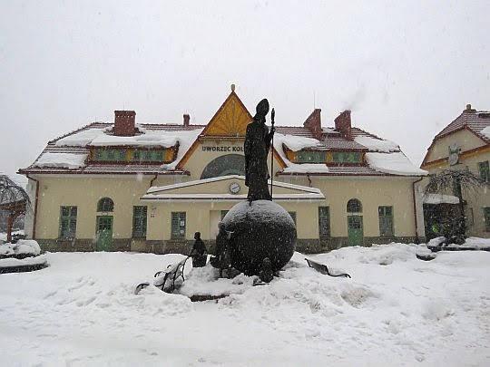 Pomnik Świętego Mikołaja przed dworcem kolejowym w Rabce.