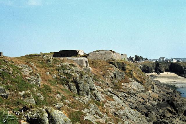 Fort d'Arboulé (la Varde), front de mer. Au premier plan : Casemate R611/SK pour un canon de 7,5 cm F.K.243(h)