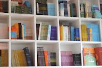 https://pixabay.com/pt/livros-estante-de-livros-organiza%C3%A7%C3%A3o-1643106/