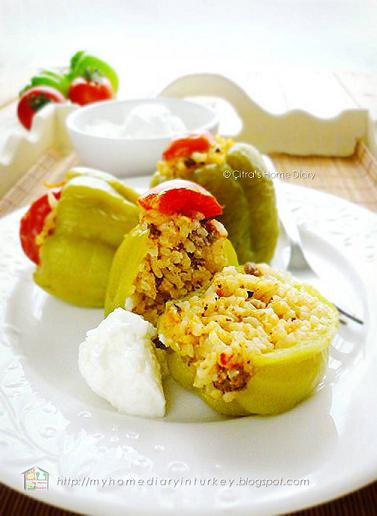 Kıymalı Biber Dolması / Turkish #stuffed pepper with ground meat and how to make Garlic yoghurt sauce | Çitra's Home Diary. #stuffedpeppers #foodphotographyidea #turkishfoodrecipe #resepmasakanturki #mediterranean #stuffedbellpepper