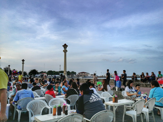 crowd, ocean view, boulevard, dumaguete city