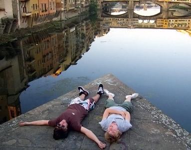 Bir iskele üzerinde yatan gençlerin düz fotoğrafı