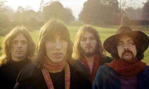 Pink Floyd não poderia ficar fora da seleção, eu escuta ela desde que era bebê - eu só conseguia dormir com as músicas do Pink Floyd ou engenheiros do Hawaii - então eu coloquei nessa lista.  Duas das minhas músicas favoritas deles é Another Brick in the Wall e Wish You Were Here. Nem precisa de explicação sobre a banda, só clica no vídeo e escute o mozão David Gilmour.
