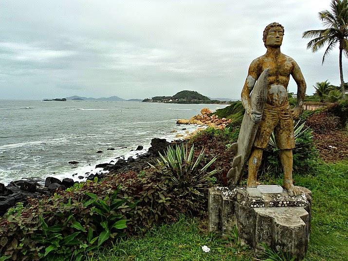 Monumento ao Surf ne Praia das Pedras Brancas e Pedras Negras, em Barra Velha