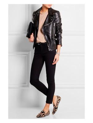 Лоферы с леопардовым принтом в сочетании с джинсами, футболкой и черной косухой
