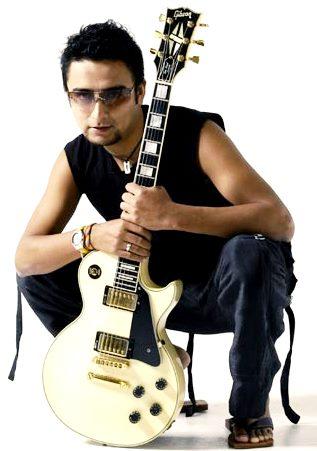 Foto de Alex Campos con su guitarra