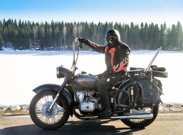 motoristi nainen ja moottoripyörä moottoripyöräilevä nainen