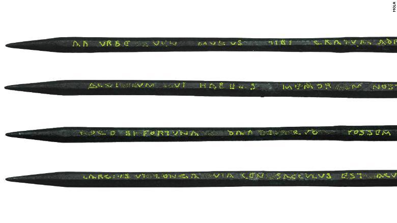 Stilus de hierro con mensaje grabado, datado hacia el año 70 d.C., y recuperado en el centro de Londres. Foto: MOLA Museum.