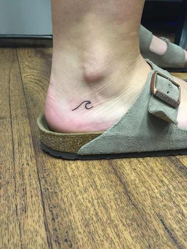 Este pequeno calcanhar de tatuagem