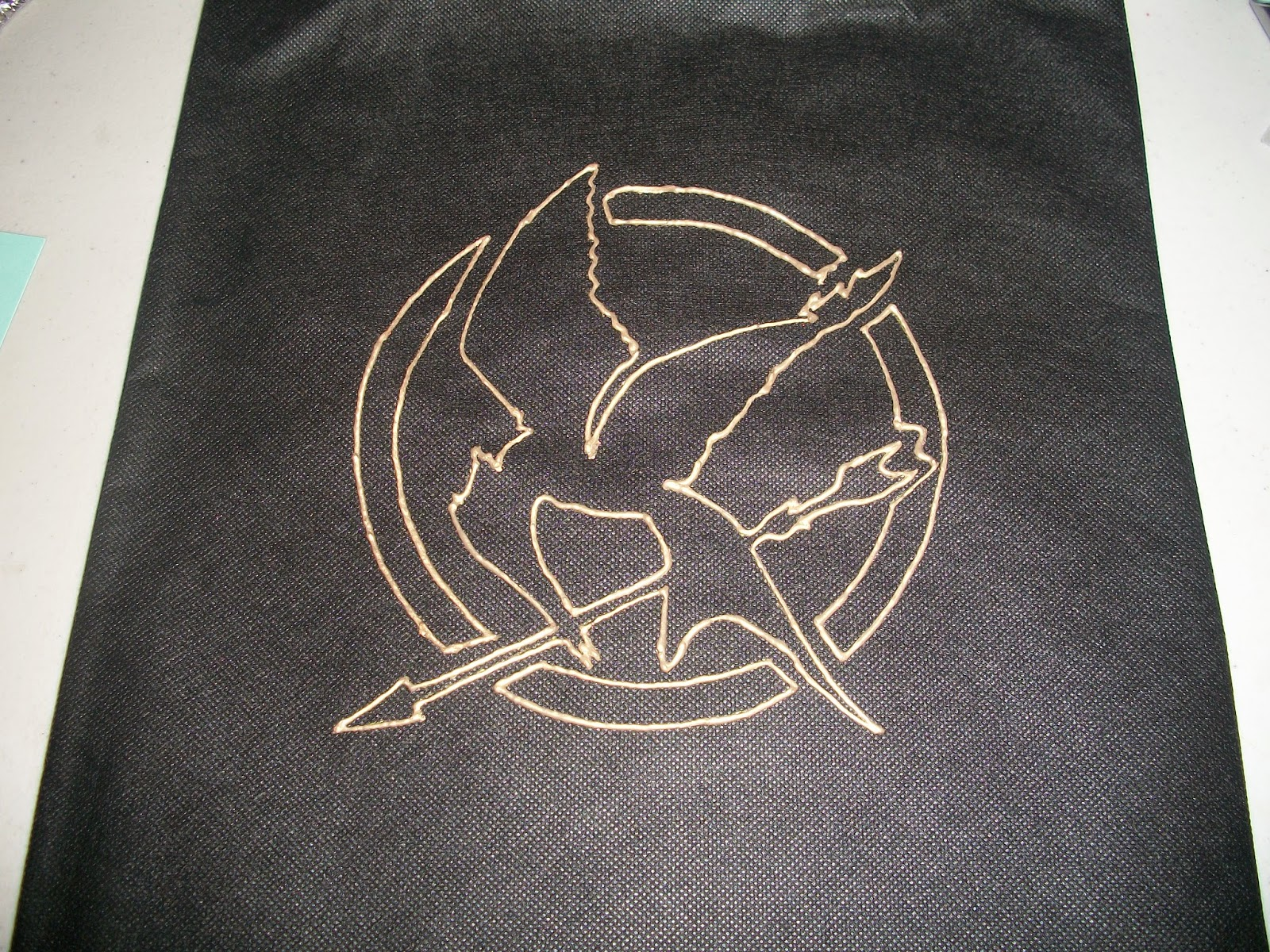 DIY Hunger Games themed Mockingjay tote bag