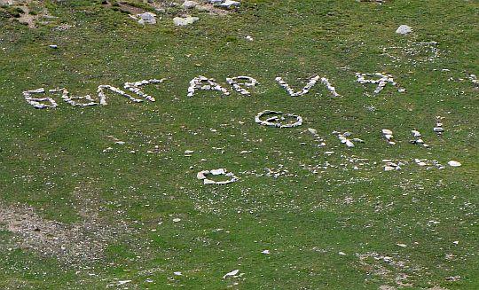 Bułgarski zwyczaj układania napisów z kamieni.
