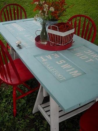 puerta de madera usada como mesa exterior en este caso adems se le ha agregado decoracin con palabras en color blanco