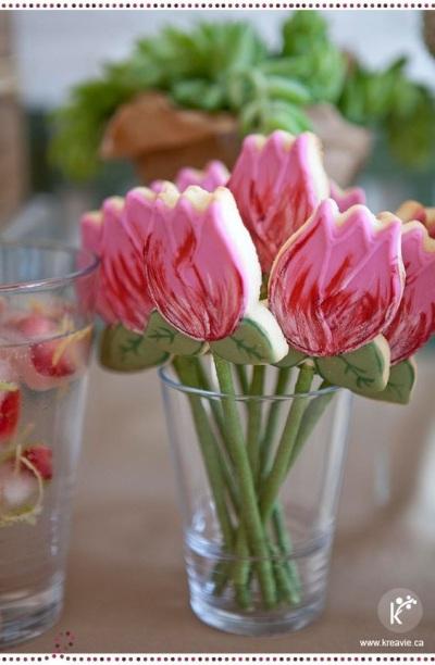 7. Kue kering bentuk bunga tulip.