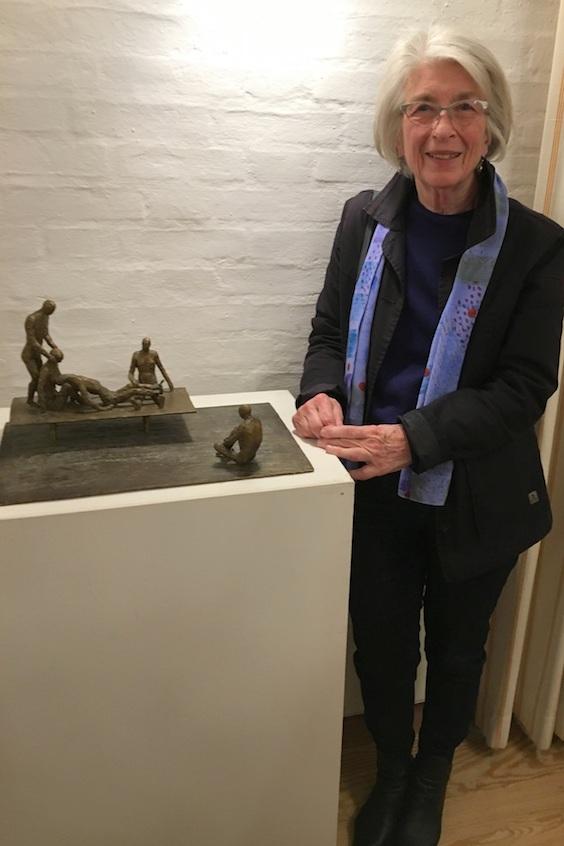 Lotte Olsen med en figurgruppe i bronze