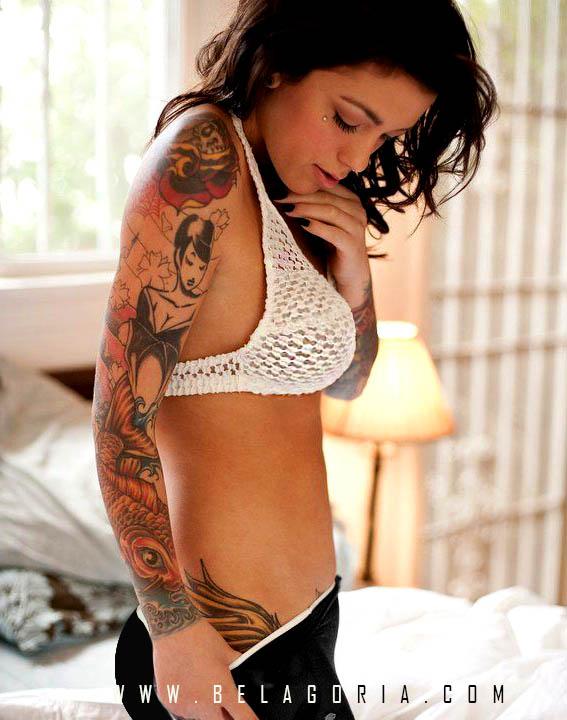 chica con tatuaje de carpa