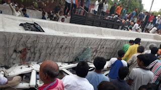 वाराणसी: निर्माणाधीन फ्लाईओवर पिलर नीचे गिरा, 12 लोगों की मौत की सूचना