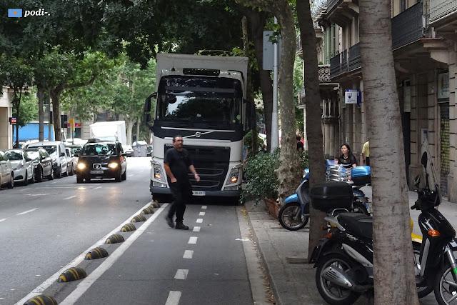 carril bici al carrer de girona ocupat per un camió - barcelona