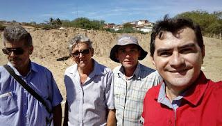 Prefeito de Picuí percorre bairros na tentativa de perfurar poços comunitários