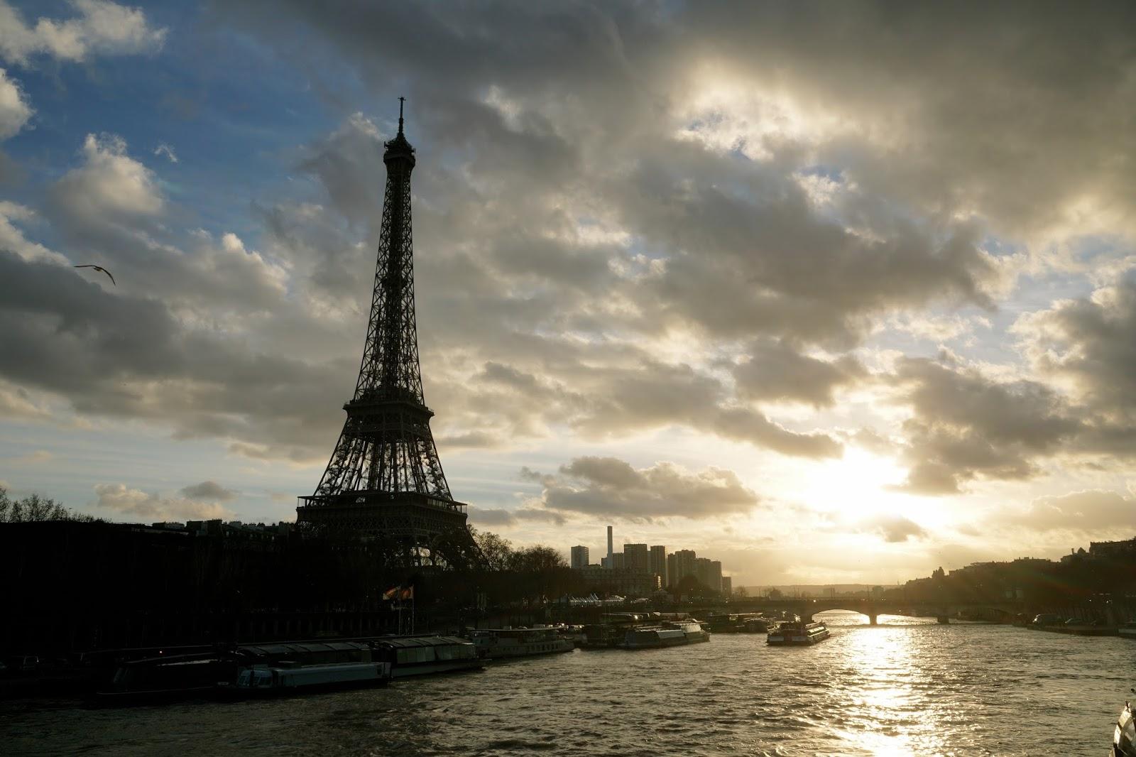 夕焼けのセーヌ川(La Seine)とエッフェル塔(La tour Eiffel)