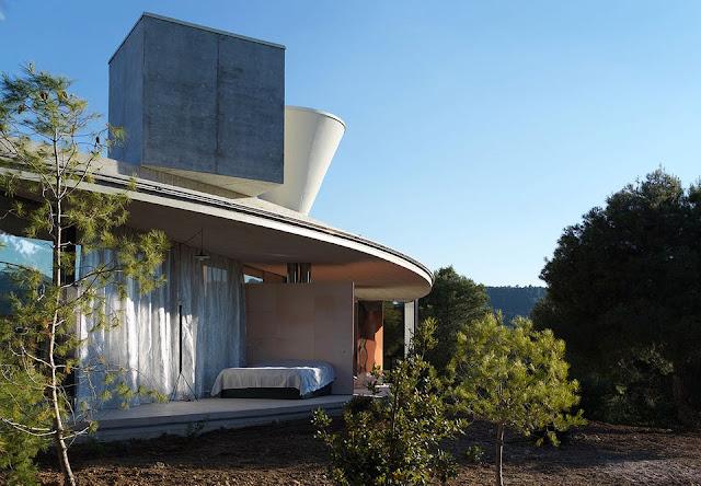 Offene Ringform als gut belüftetes Haus – Architektur und Design gehen bei diesem Haus und Einrichtung Hand in Hand