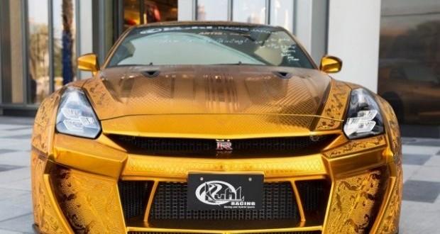 """سيارة من الذهب الخالص تُذهل زوار معرض """" أوتوميكانيكا """" دبي 2016"""