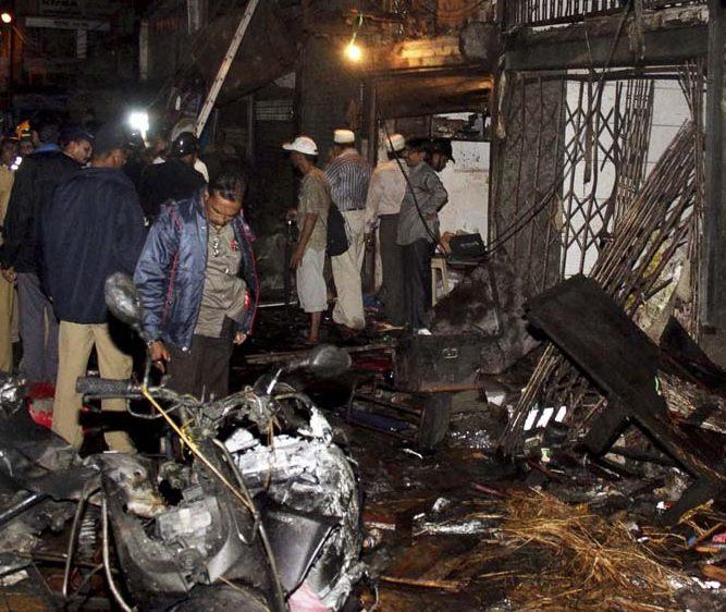 Mumbai bomb blasts kill 21 during city's rush hour
