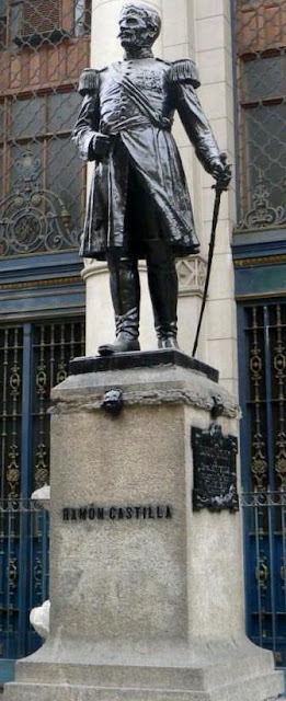 Foto a la estatua de Ramón Castilla parado