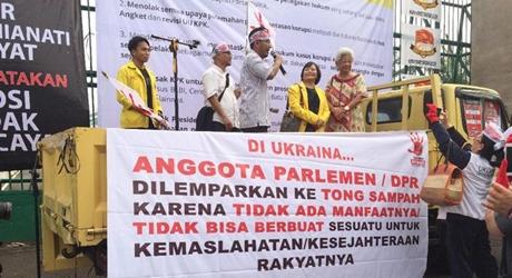 Waduh, ILUNI UI Ancam Buang Anggota DPR ke Gerobak Sampah