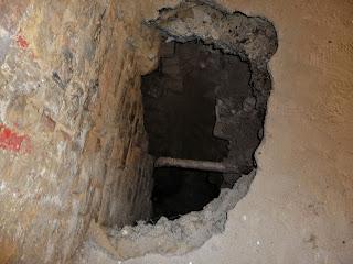 Клевань. Замок Чарторыйских. Провалы и ямы разрушающегося замка