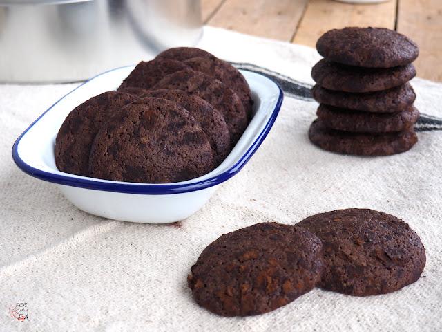 Galletas de chocolate negro y cacao en polvo, con rebozado extra en cacao antes del horneado