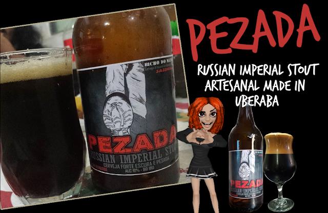 Copo e garrafa de cerveja artesanal preta tipo Stout