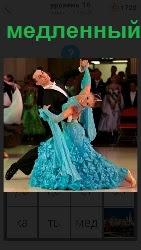 пара танцует медленный вальс на соревнованиях