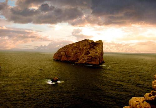 صورة البحر وسطه صخرة كبيرة