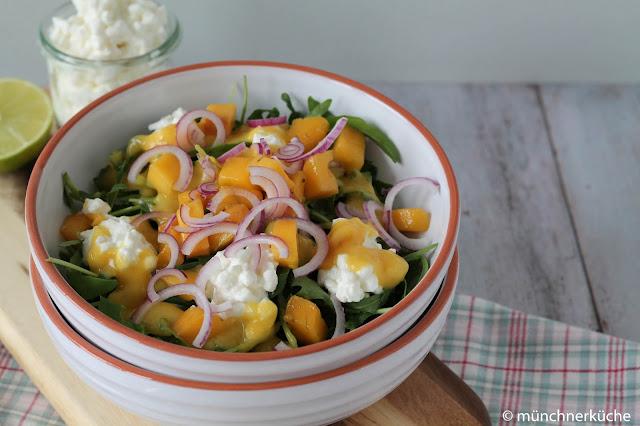 Schneller Feierabendsalat für die lauen Sommerabende mit Mango und Ruccola.
