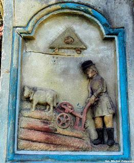 Św. Izydor. Płaskorzeźba na cokole figury z 1863 r. w Kornatce koło Dobczyc