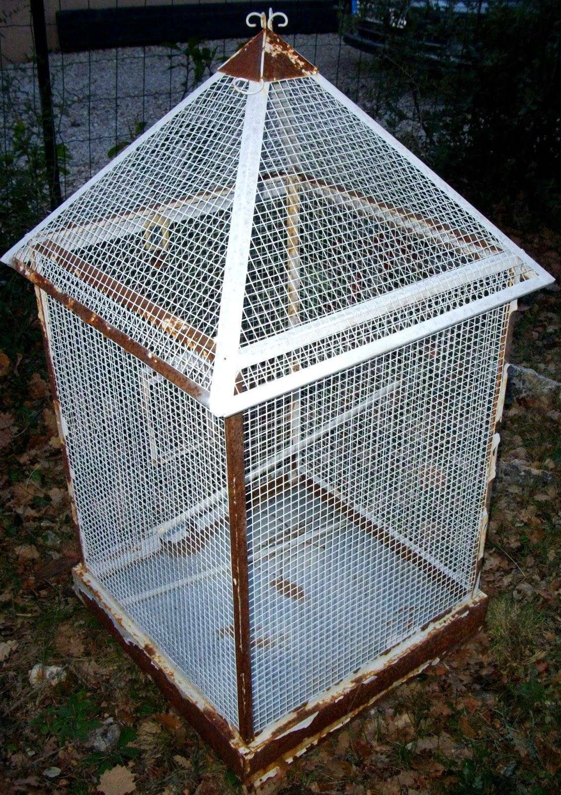 grande cage a oiseau voli re en forme de maison de style ancien antique. Black Bedroom Furniture Sets. Home Design Ideas