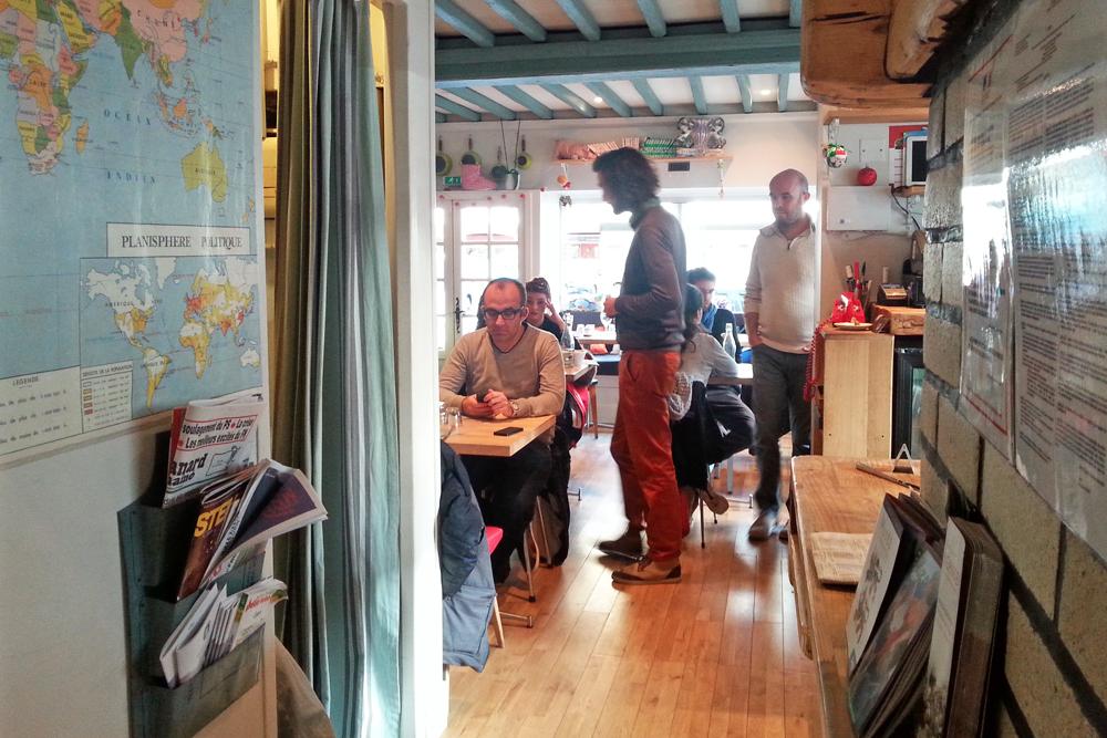 Vue d'ensemble de la Cantine des Quatrans à Caen.Photo prise à l'entrée du restaurant