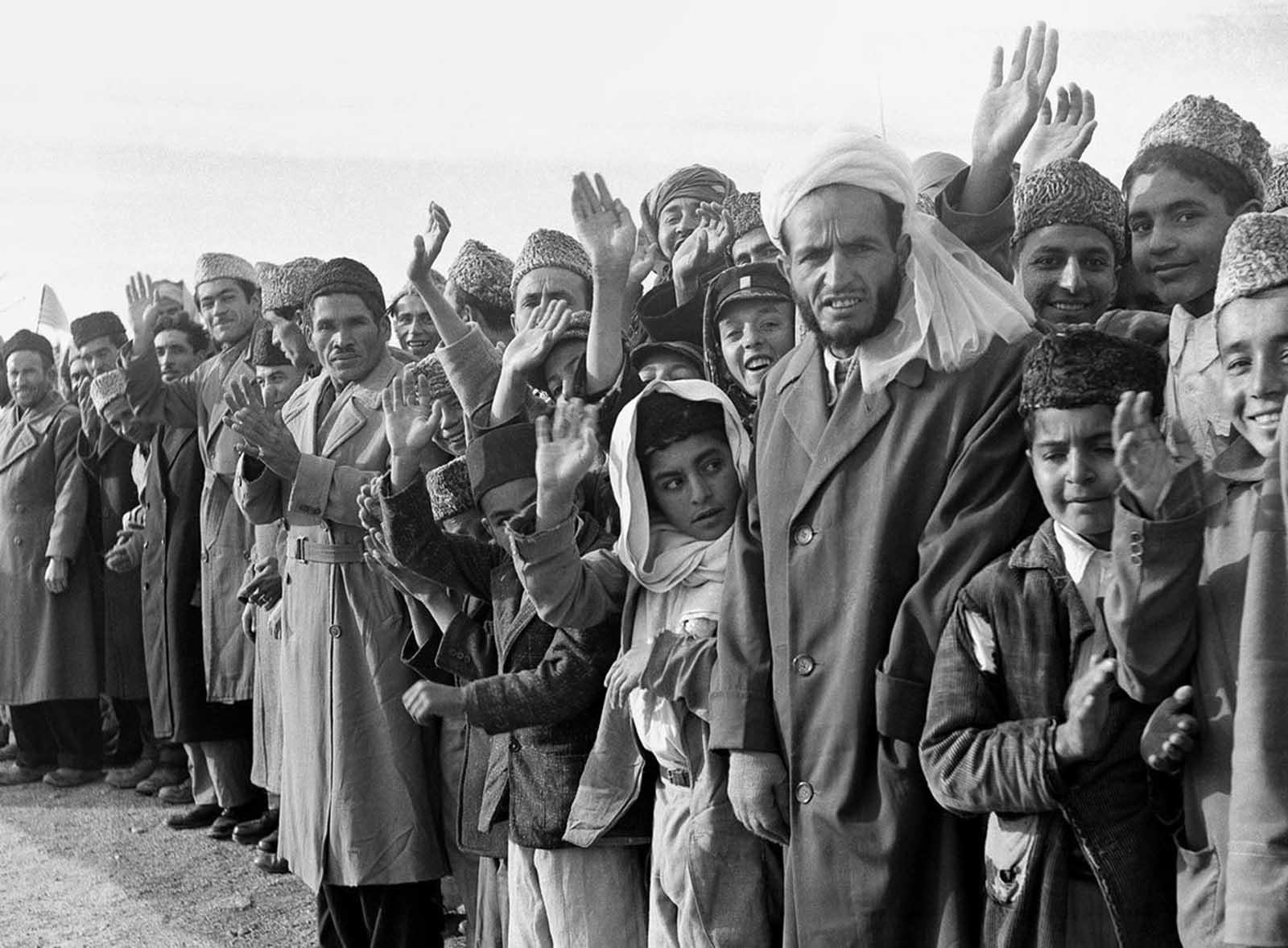 Los residentes de Afganistán se alinean en la ruta de la gira del presidente de los Estados Unidos Dwight Eisenhower en Kabul, Afganistán, el 9 de diciembre de 1959.