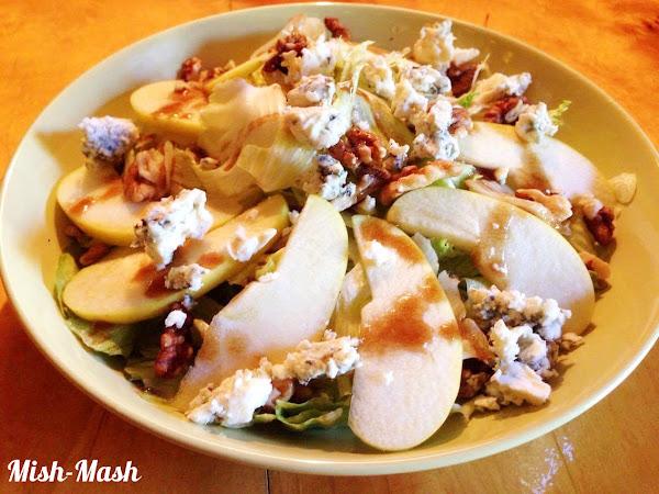 Салата с ябълки, синьо сирене и орехи