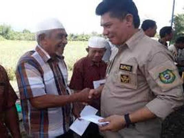 Danny Missy Beri Insentif ke 384 Tokoh Agama di Halmahera Barat
