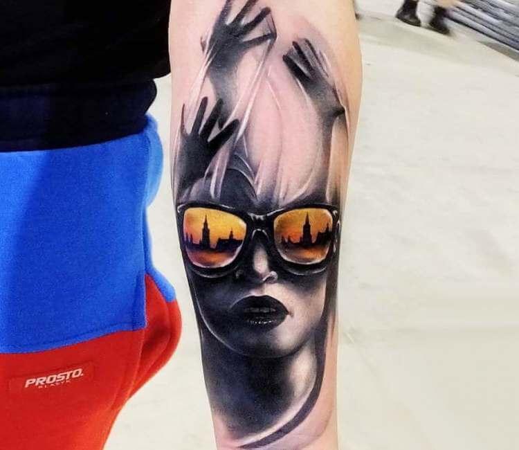 Tatuaje de un rostro de mujer con gafas de sol