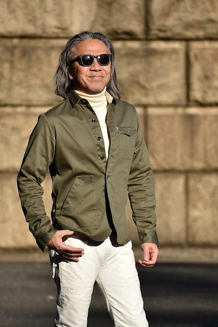 ミリタリー グリーン シャツとホワイト デニムのコーディネート